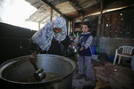 Distributes Food to Families in Need in the East of Gaza City